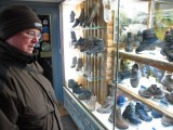 Femma bekijkt de etalages, op weg naar het reataurant.