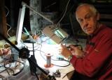 Dick PA0DFN bij ons op bezoek én aan het solderen!