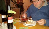 """Aan de varkensfiletjes """"winzer art"""": met spekjes en kaas overbakken..."""