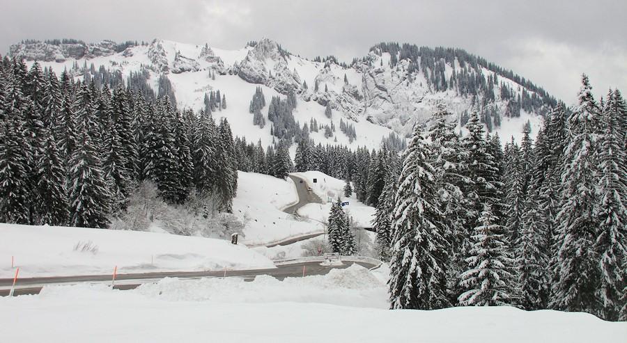 Grasgehren, een 16%-steile pas. Als het gaat sneeuwen moeten verplicht de sneeuwkettingen onder. Die zijn we echter vergeten...