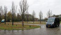 Op de parkeerplaats in Hindeloopen. De auto's elk aan een uiteinde van het straatje, het mastje is zichtbaar, links van de eerste boom.