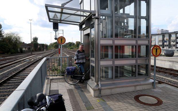 Met de lift naar het juiste perron in Euskirchen...