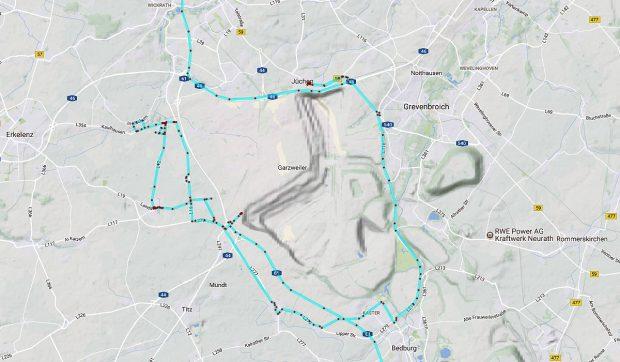 De Google-map van het gebied met in het midden de groeve. De blauwe lijnen met rode stippen geven de route aan die we hebben gereden (GPS-tracking).