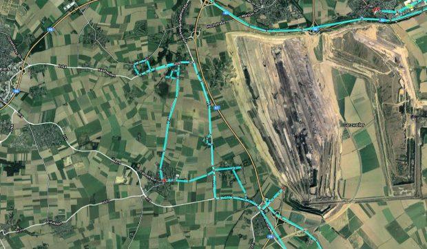 Satelliet-opname op dezelfde schaal. Het gat nadert de snelweg A61 van Venlo naar Koblenz.