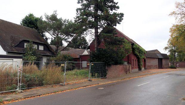 Een bungalow met garage, al enkele jaren leeg. Uit het buurhuis moet een boerengezin, de laatste inwoners van het dorp, binnenkort vertrekken.