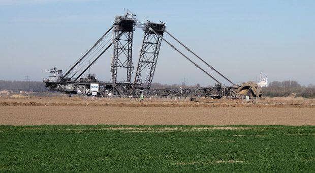 Net buiten het dorp zien we de enorme machine langzaam dichterbij komen...