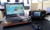 Mijn oude Samsung-laptop met rechts de Icom IC-7300 transceiver.