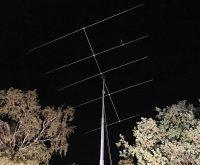 De enorme 5 elements antenne, 25m hoog, bij avond...