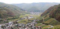 Het dorp Dernau in het Ahrdal. Verderop ligt Rech, waar we overnachten.