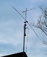 Mijn circa 35 jaar oude, zelfgemaakte driebanden-dipool terug in de mast!