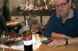 Aan de wijn (en de Wordfeud) bij wijnboer Huppert.