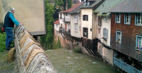 De woeste rivier in het centrum van Arbois.