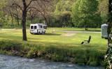 Wandelend, de camping gezien vnaf de andere kant van de rivier.