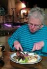 Femma aan de gegrilde steak in de sfeervolle middeleeuwse herberg.