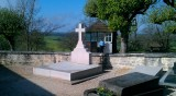 Het eenvoudige graf van Charles-de-Gaulle, met de gendarme die een oogje in het zeil houdt...