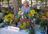 Bloemenkraampje op de Rode kruis-markt.