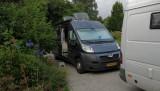 Bij Wietse en Anja op de oprit, achter hun eigen Mercedes camper.