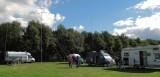Het veld met in het midden de kleine stalen mast (9 meter hoog).