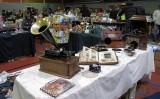 Hallen vol met antiek, zoals deze oude voorlopers van de grammofoon...