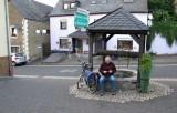 Op het dorpspleintje een geocache gevonden!