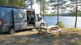 De camperplaats met uitzicht op het water.