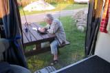 Femma aan de picknickset, met koffie en haar iPad...