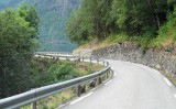 Smalle wegen langs het fjord...