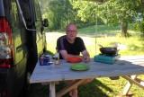 Koken aan de picknickset.
