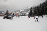 Nog nooit eerder meegemaakt: een snowboardster is schijbaar zó ernstig gevallen (of gebotst) dat men haar gestabiliseerd heeft en met de helikopter komt ophalen...