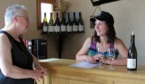 Femma in gesprek met de dochter van de wijnboer.