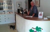 De oude wijnboer Lumian in zijn proeflokaaltje.
