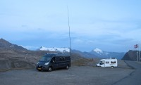 Overnachten op de Col de l'Iseran. De antenne voor contact met vrienden thuis én in Spanje staat al overeind.