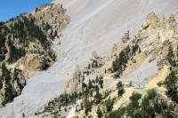 De Casse Deserte, een gigantische puinhelling. Op de weg er doorheen, heel klein,  een paar motorrijders.