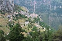 Het dorpje Roubion, tegen de bergwand geplakt...