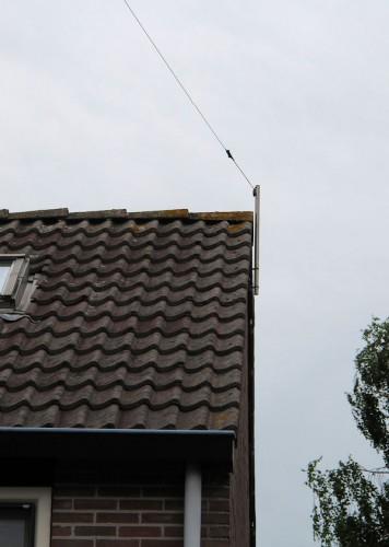 Het uiteinde van de 27m lange draad, een Fritzel FD4-windom antenne, totale lengte 40m. De antenne wordt gebruikt voor de 10, 12, 17, 20, 30, 40 én 80m. band.