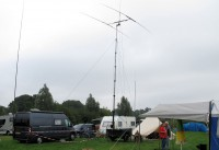 Onze plek op de DNAT-camping buiten Bad Bentheim. Ik heb mijn 13m hoge vishengel opgezet, de buurman, Landrover met aanhanger en tent, pakt het wat groter aan!