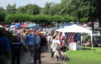 De jaarlijkse vlooienmarkt in het slotpark van Bad Bentheim.
