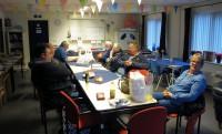 Natafelen in de recreatieruimte. Ook Joeri PE5JW is op bezoek gekomen en eet mee.