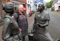 Femma praat met wat 'locals'...
