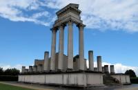 De deels herbouwde Romeinse tempel.