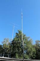 De 2 elements Yagi, draaibaar op ruim 25 meter hoogte. Op de voorgrond een driebands-vertical op een hulpmastje.