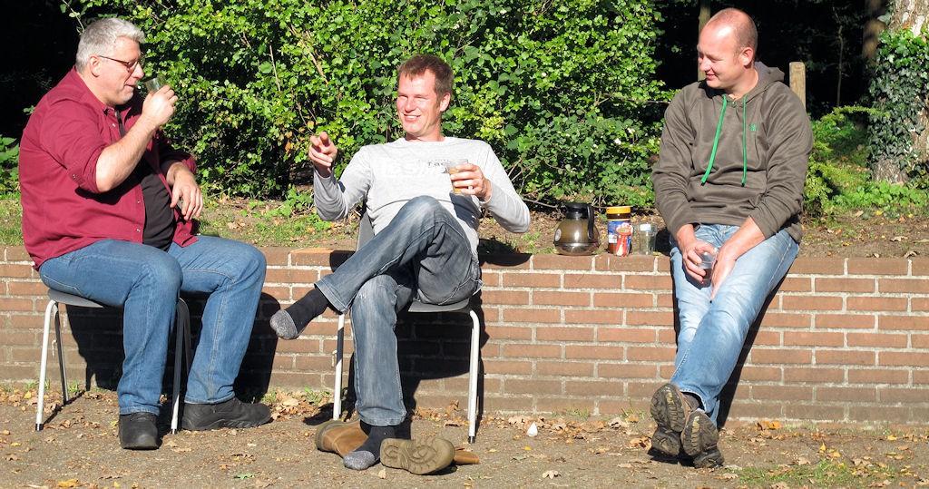 Aan de koffie: Joeri (PE5JW), Herman (PD1ACK) en Berry (PD2BDR) voordat we de boel gingen opruimen.