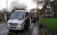 Femma stapt als laatste uit de minibus (voor de foto).