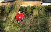 Ik vind de geocache onderaan een boom op het oude kerkhofje.