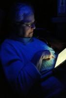Femma leest op haar iPad-mini, op de terugweg in het busje.