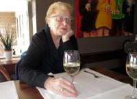 Moeder met een uitstekend glas wijn.