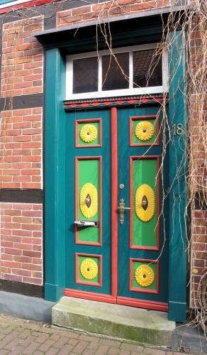 Fantasierijke voordeuren in de oude gevels...