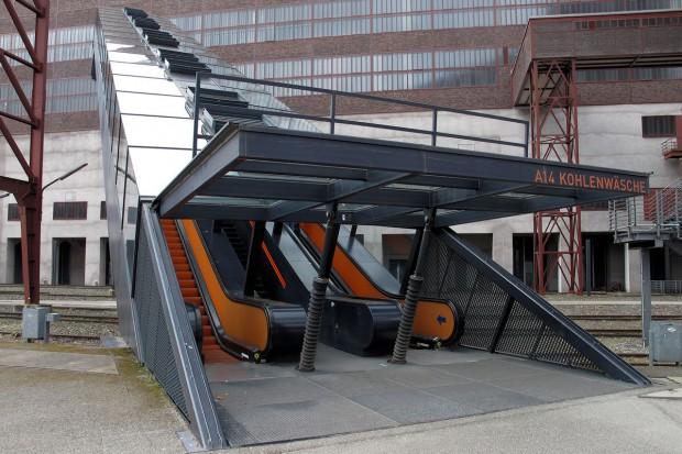 Met de roltrap 24 meter omhoog de fabriek in!