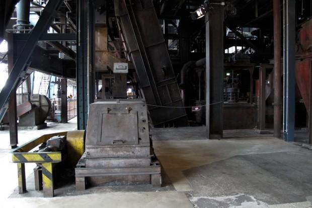 De oude industriële installaties op dezelfde verdieping...