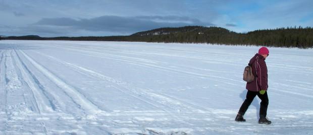 Onderweg op het meer. De sporen zijn van sneeuwscooters, niet van auto's... ;-)